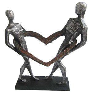 פסל שבויים בתוך האהבה