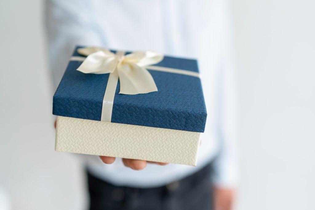 תמונה של מנהל נותן מתנות לעובדים