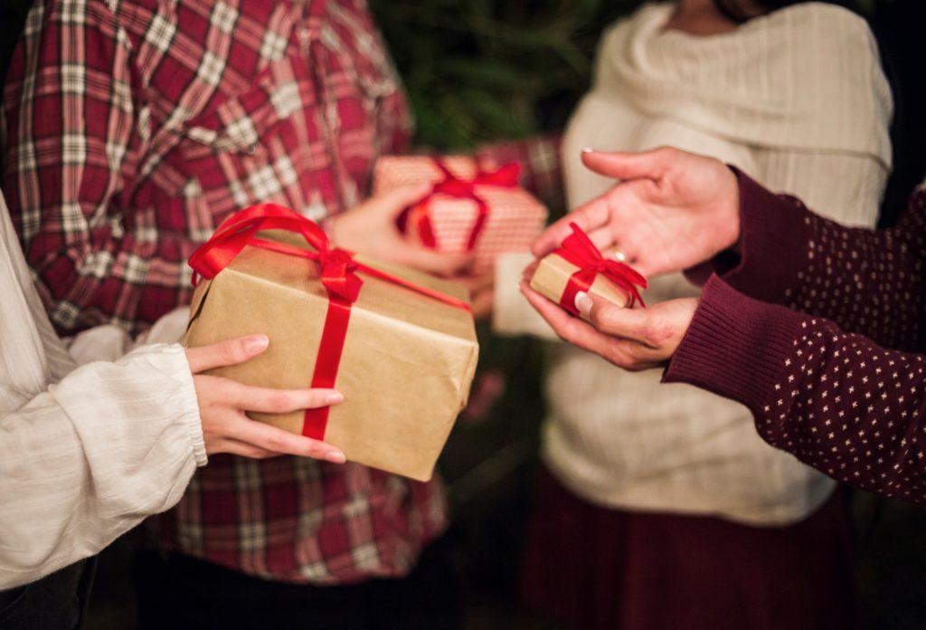 אנשים שמחים לאחר קבלת מתנות לחגים