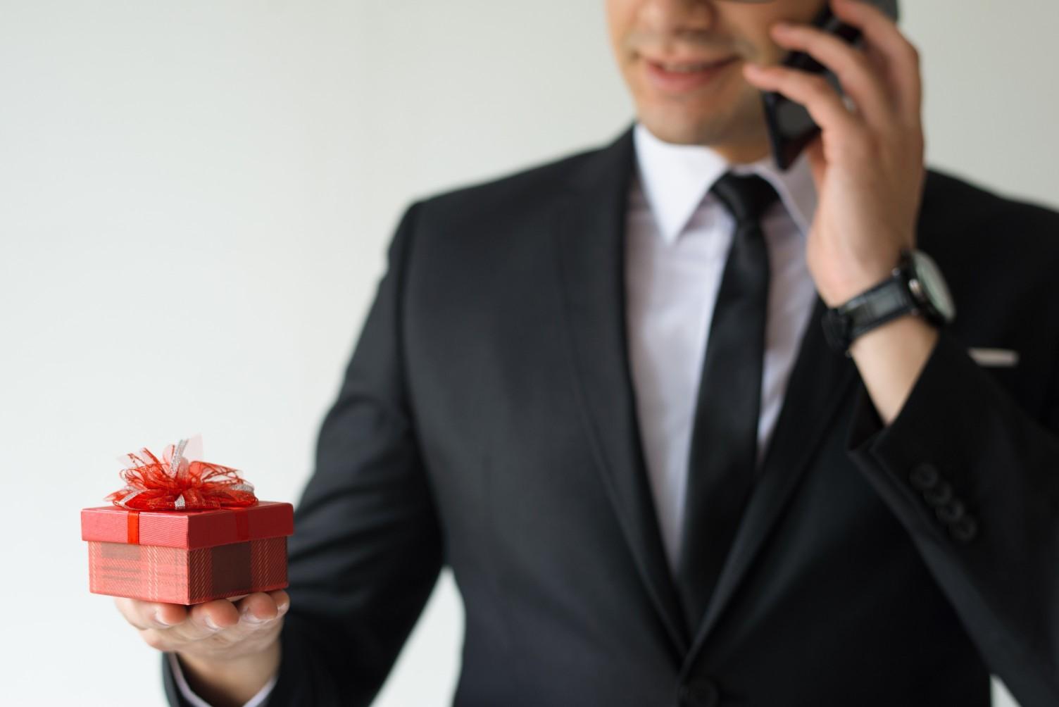 מתנה למנהל - תמונה של מנהל מקבל מתנה