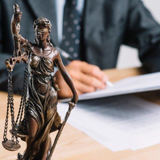 תמונה של פסל למשרד עורך דין