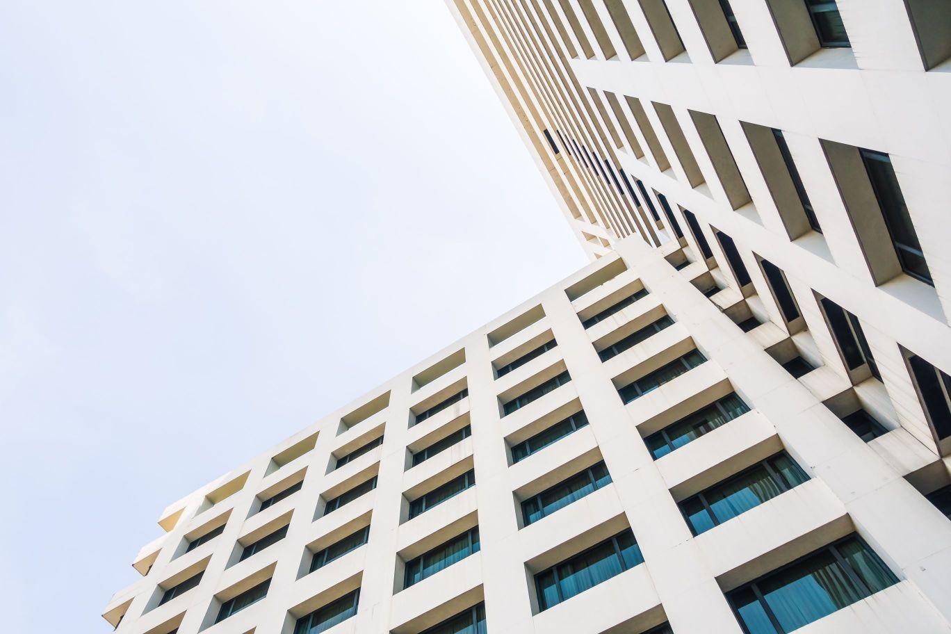 תמונה של בניין משרדים המשתמש ב- מוצרי פרסום לעסקים בפתח תקווה