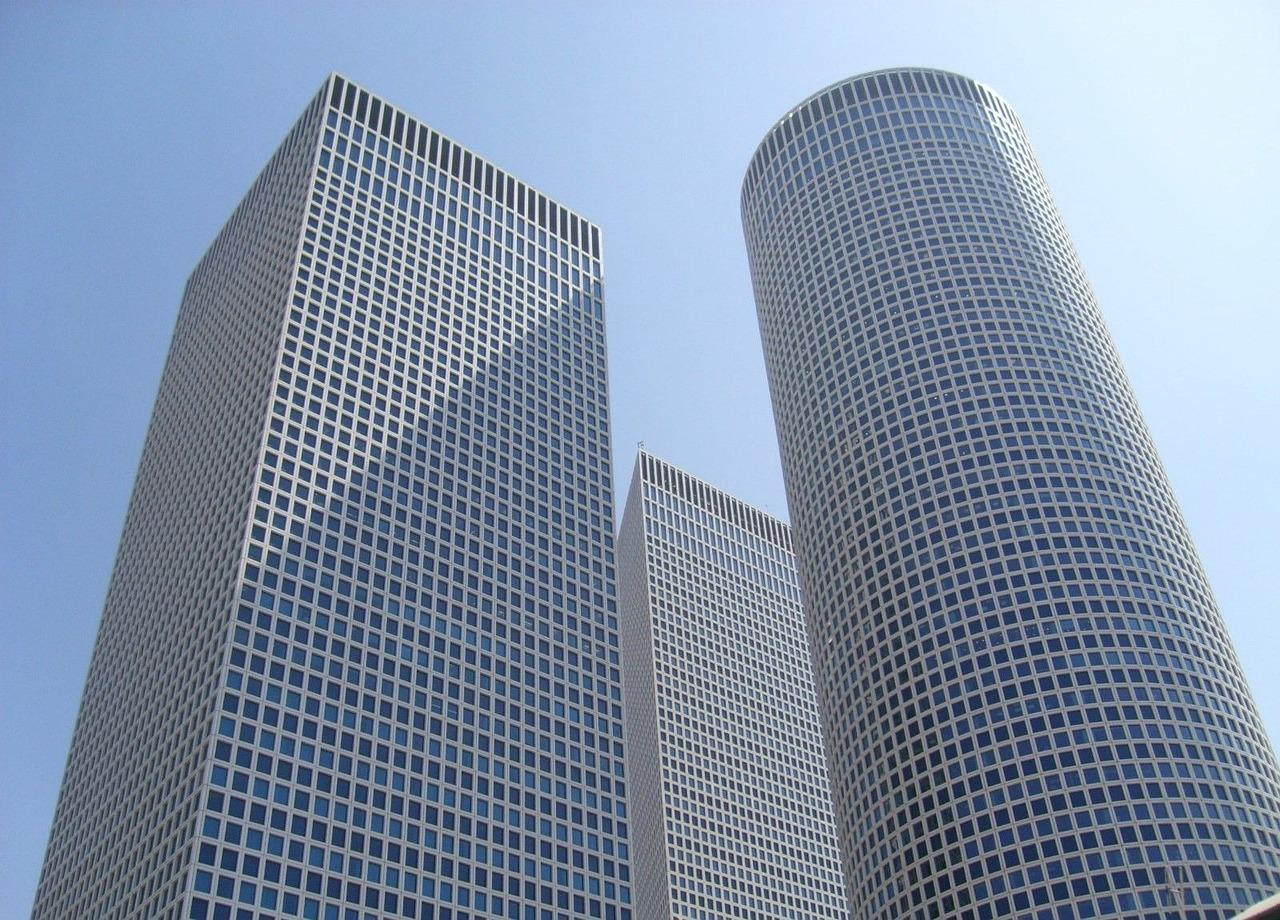 תמונה של בניין משרדים המשתמש ב- ממוצרי פרסום לעסקים בתל אביב