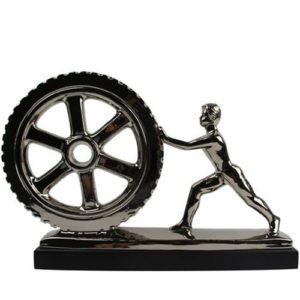 פסל אדם דוחף גלגל